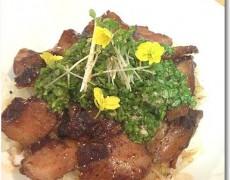 豚ばら肉のはちみつバルサミコ煮丼 セロリのソース